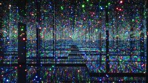 Ένα ταξίδι στο άπειρο: Οι ψυχεδελικές εγκαταστάσεις της Yayoi Kusama έρχονται στην Tate